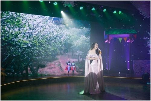 Ca sĩ Bảo Trâm Idolmang đến một không gian mùa xuân rực rỡ sắc hoa và ngập tràn tình yêu qua giọng ca ngọt ngào của mình.