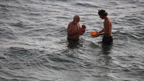 Du khách lần đầu chứng kiến em bé chào đời dưới Biển Đỏ