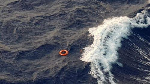 Sóng dữ táp du thuyền, hành khách bị hất văng xuống biển