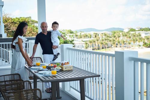 Ban công rộng rãi hướng biển vừa là chỗ ngắm cảnh tuyệt vời, lại vừa là không gian lãng mạn cho những bữa tối ấm áp của gia đình hoặc lứa đôi, bè bạn.