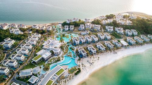 Thú vị hơn tất cả phải kể đến thiết kế bể bơi vô cực tràn từ bờ đông sang bờ tây khu nghỉ dưỡng. Tận dụng địa hình rẻo đất hai mặt biển hiếm có trên thế giới, từ trên cao nhìn xuống, bể bơi khổng lồ này như một hệ thống sông suối xanh trong nối hai bờ đại dương Mũi Ông Đội.