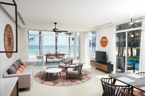 Nội thất khách sạn cũng rất ấn tượng. Những bức tường kính nối từ sàn lên tới trần, ngăn mà không cách giữa thiên nhiên với những sinh hoạt bên trong villa. Như vậy, khách trải nghiệm có cảm giác chỉ cần với tay về phía những tấm vách trong suốt kia là đã có thể chạm tới bờ cát trắng, hay chỉ một bước thôi là sẽ hòa mình với đại dương.