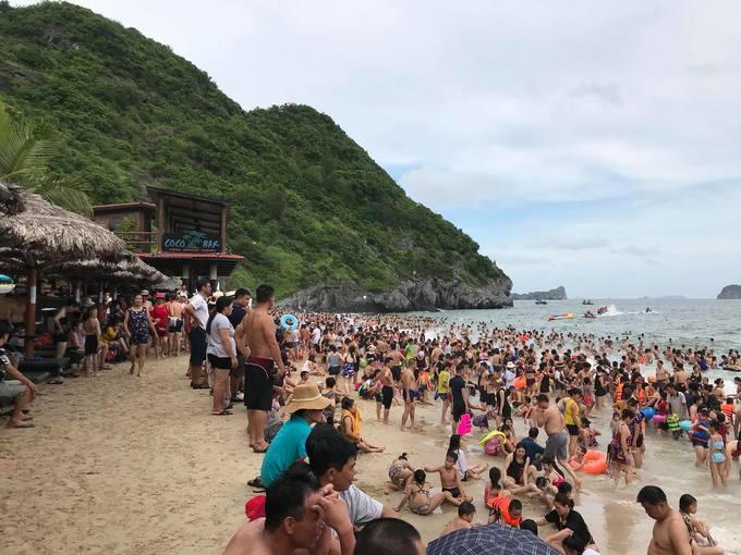 Biển Cát Bà đông nghẹt du khách ngày đầu tuần