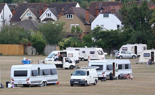 Đoàn phượt thủ trăm người phá hoại làng triệu phú ở Anh