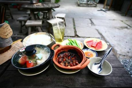 Suất cơm đậm chất Nam Bộ có giá 40.000 đồng cho một người với đủ các món mặn, rau, canh và tráng miệng.
