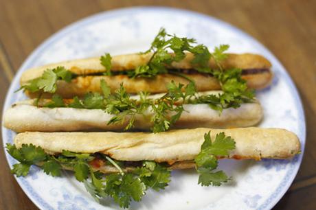 Bánh mì cay Hải Phòng thường không ăn với rau mùi, nhưng bạn có thể cho thêm nếu thích. Ảnh: Út Liên.