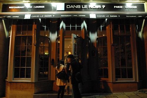 Bên trong nhà hàng không bao giờ sáng đèn khi phục vụ ở Paris
