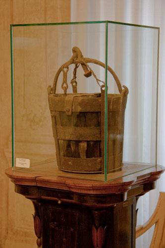 Chiếc xô được trưng bày trong tòa thị chính Modena. Ảnh: Amusing Planet.