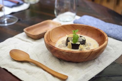 Bát đĩa và đồ dùng phục vụ khách phần lớn được làm từ gỗ - chất liệu mộc mạc nhưng rất đỗi quen thuộc với người Việt. Bạn sẽ thấynhững cả chiếc chảo gang, niêu đất của thời bao cấp.