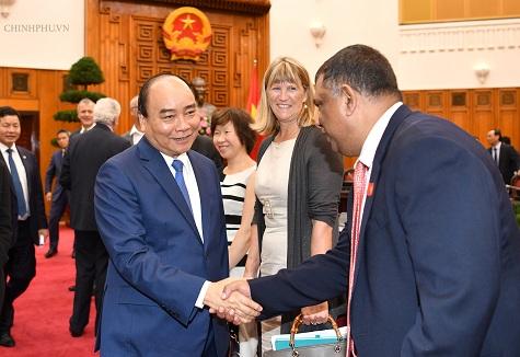 Thủ tướng gặp gỡ các nhà đầu tư quốc tế và trong nước. Ảnh: VGP.