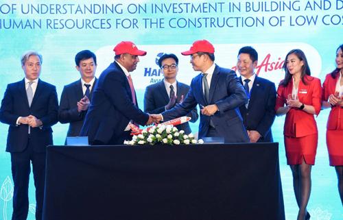 Đại diện AirAsia và Thiên Minh ký kết hợp tác tại Diễn đàn cấp cao Du lịch Việt Nam 2018. Ảnh: Giang Huy.