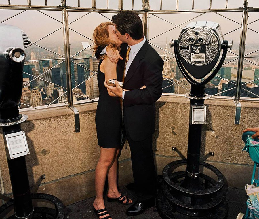 kissing-couple-atop-empire-state-buildin