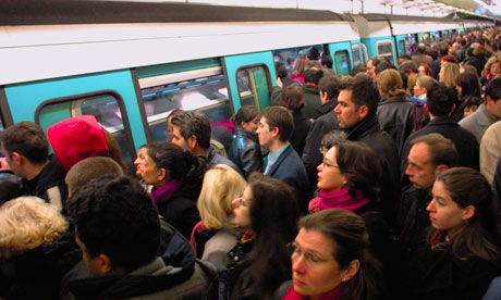 A-crowded-Paris-metro-pla-008-1378173985