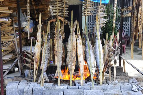 Cá nướng trên giàn lửa với đủ loại.
