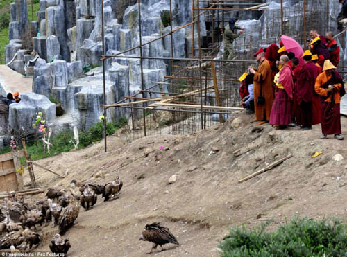 article 2376190 1AF83220000005 3753 2036 1379327537 Các tục mai táng huyền bí của người Tây Tạng