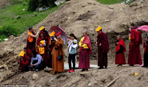 article 2376190 1AF834DD000005 9319 5073 1379327536 Các tục mai táng huyền bí của người Tây Tạng