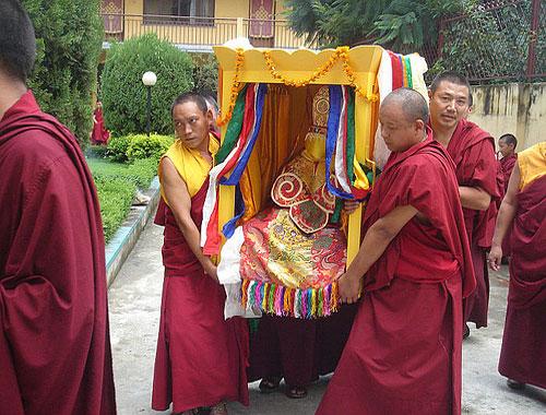 stupa burial 5298 1379327532 Các tục mai táng huyền bí của người Tây Tạng