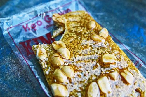 Kẹo gương là đặc sản du khách vẫn thường chọn mua về làm quà khi ghé Quảng Ngãi. Ảnh: globaleats.blogspot.com