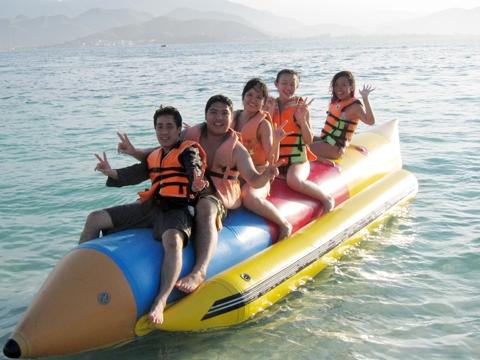 Lướt sóng Nha Trang trên thuyền chuối - trải nghiệm không thể bỏ qua.