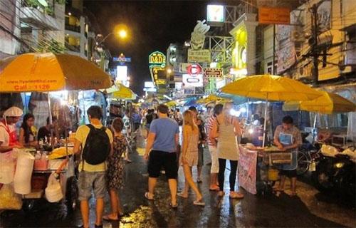 Khu phố Khao San luôn tấp nập khách du lịch là nơi tập trung nhiều món ăn đường phố và quần áo, trang sức bình dân.