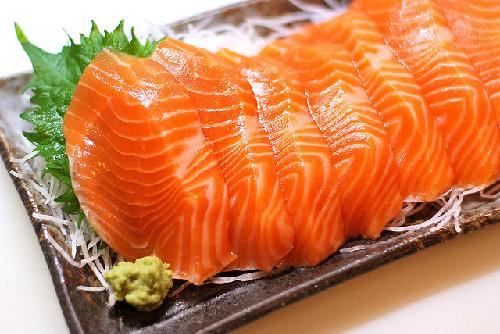 thịt cá hồi sống màu hồng đỏ trên đĩa