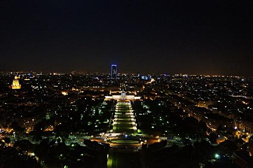 Từ tầng hai của tháp Eiffel có thể nhìn toàn cảnh thành phố Paris về đêm.