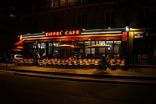 Một quán cafe đặc trưng của Paris với những hàng ghế trên vỉa hè.