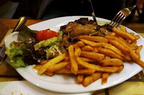 Món beef steak ăn kèm với khoai tây chiên trị giá 15 euro.