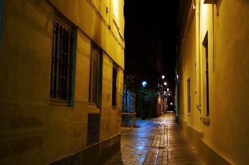 Một ngõ nhỏ yên bình và tĩnh lặng ở Paris lúc nửa đêm.