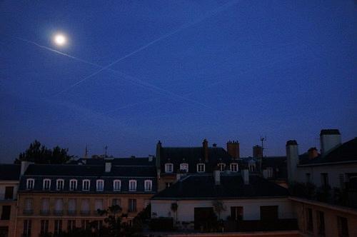 Mặt trăng vẫn rực sáng trên bầu trời buổi sớm.