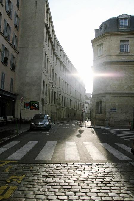 Paris chậm rãi trong ánh bình minh.