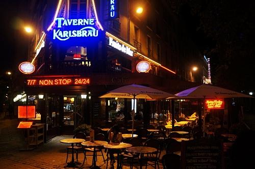 Một nhà hàng ở khu vực gần tháp Eiffel mở cửa 24/24.