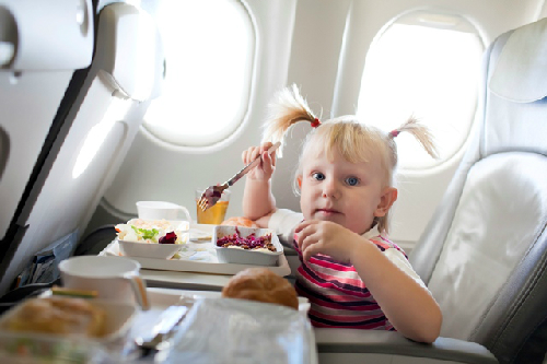 girl-eating-on-plane-credit-iS-7077-5111