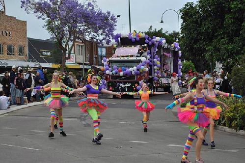 Jacaranda-Festival-street-para-5649-3922