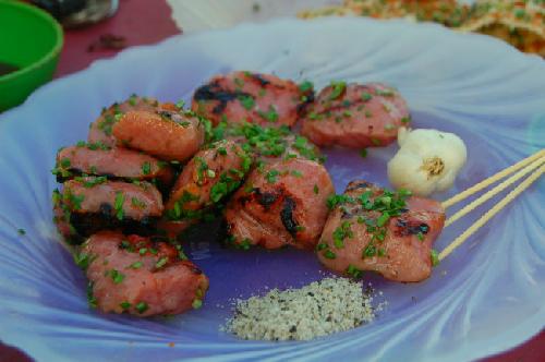 Món nem nướng, ăn kèm với tương ớt làm tại nhà cay nồng