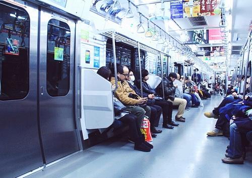 Tàu điện là phương tiện đi lại phổ biến nhất ở Tokyo, Nhật Bản.