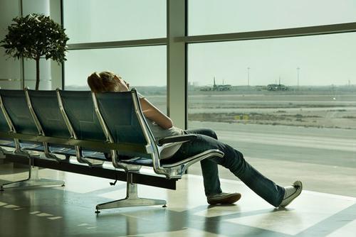 Khoảng thời gian vạ vật chờ đợi tại sân bay luôn khiến bạn rất mệt mỏi. Ảnh: Sheknow.