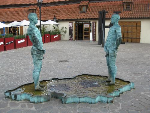 H2-Nhung-ly-do-de-den-Prague_1394617999_