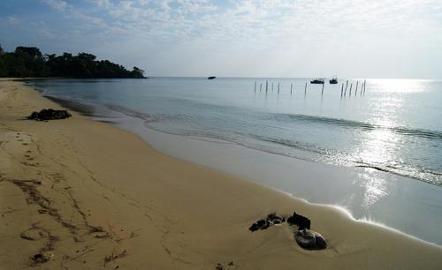 Bãi biển cát mịn và vắng người