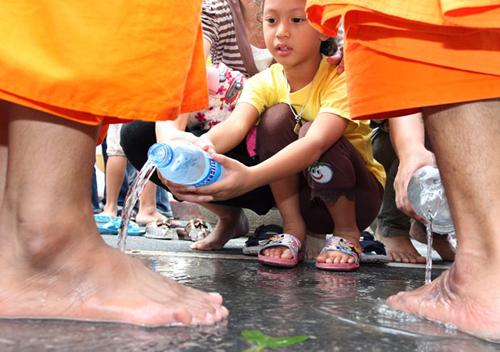 monk-washing-1947183i-6677-1396865867.jp