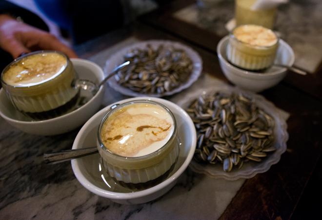 Nhâm nhi tách cà phê nóng hay món cà phê trứng đặc biệt chỉ có ở Hà Nội, cùng cắn tí tách hạt hướng dương trong thời tiết se se lạnh khi gió mùa Đông Bắc là một trải nghiệm rất đỗi bình thường nhưng tuyệt với và ấm cúng