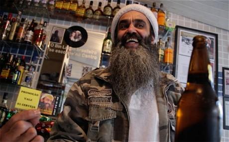 Ông chủ quán bar có ngoại hình khá giống Bin Laden.