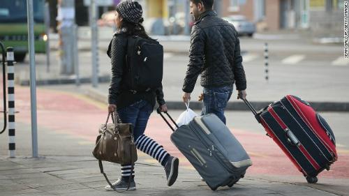 Những chiếc vali có bánh xe là một phát minh rất hữu ích. Ảnh: CNN.