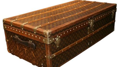 Những chiếc vali ban đầu được làm khá giống với những chiếc rương gỗ. Ảnh: Foxnews.