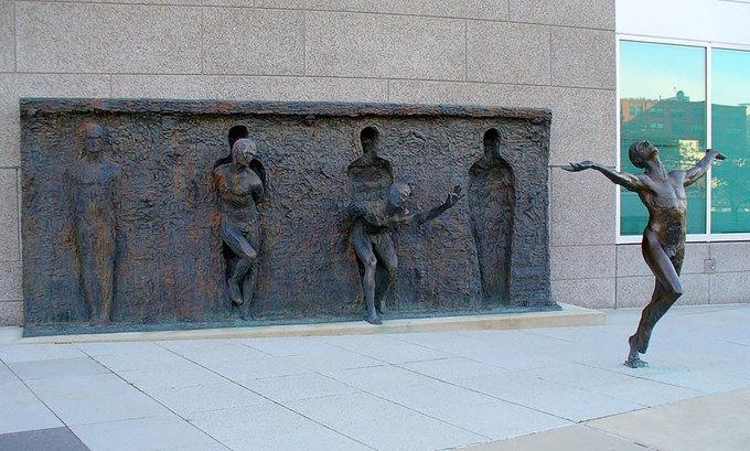 Những bức tượng lạ mắt hút du khách trên thế giới