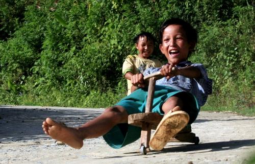 Thú vui 'xế' độ bằng gỗ của trẻ em ở vùng cao