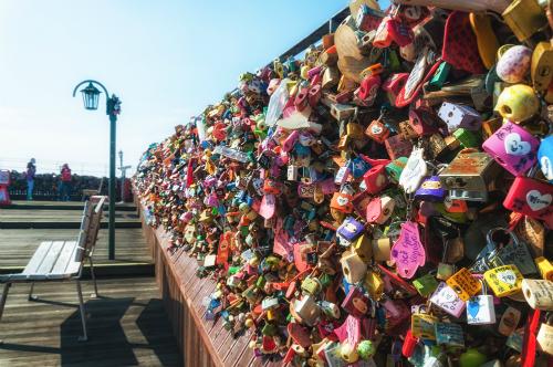 Bạn còn được lưu dấu ấn lứa đôi với ổ khóa tình yêu trên sân thượng của tháp.