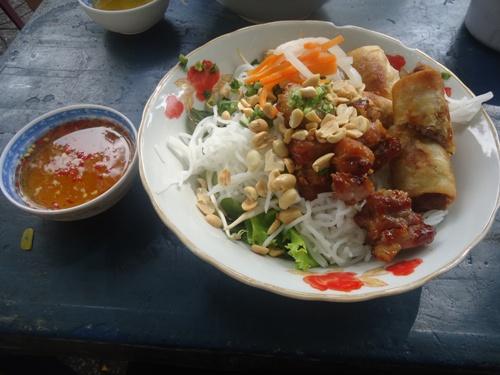 Món bún thịt nướng được yêu thích ở Sài Thành. Ảnh: Hồng Giang