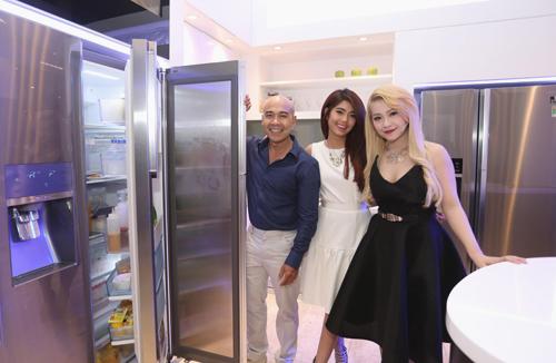 Vua đầu bếp cũng chia sẻ về không gian bếp yêu thích của mình là nơi các thiết bị gia dụng thông minh được kết hợp với tổng thể nội thất để thể hiện cá tính, phong cách sống hiện đại của gia chủ. Ví dụ như dòng tủ lạnh Samsung Food Showcase, hay máy giặt Crystal Blue và máy điều hòa thế hệ mới có thiết kế tam diện được anh chọn không chỉ ở khía cạnh công nghệ các tính năng cải tiến mà còn ở mặt hòa hợp với thiết kế và vẻ thẩm mỹ của cả ngôi nhà.