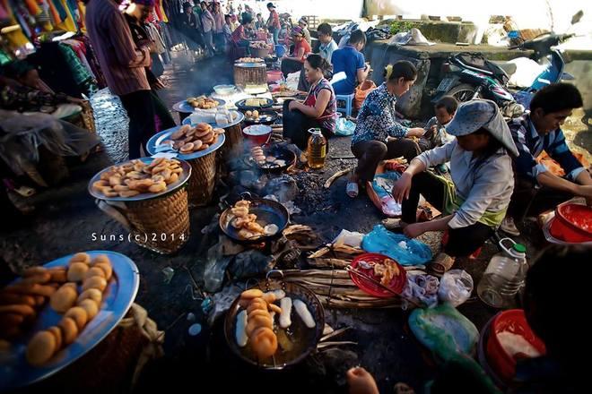 Ngoài những người bán, kẻ mua, người đến chợ đôi khi chỉ để thưởng thức những món quà sáng trên chảo nóng nghi ngút khói....